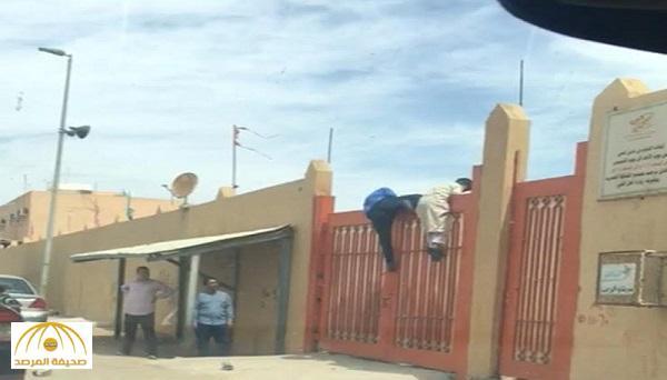 بالفيديو : لحظة هروب 4 طلاب من المدرسة قبل موعد الانصراف الرسمي !