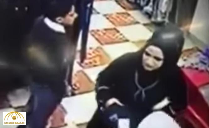 """بالفيديو.. شاهد كيف استغلت """"امرأة عراقية"""" جمالها في سرقة بائع داخل محل !"""