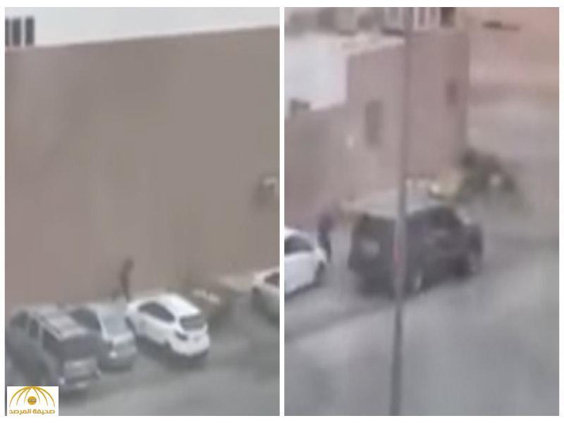 بالفيديو:لص يسطو على مطعم شهير بالرياض ويسرق جهاز الكاشير  ويلوذ بالفرار