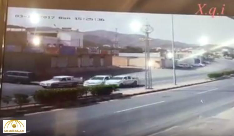 """""""رصدته إحدى كاميرات المراقبة"""" .. شاهد: حادث مروري بسبب السرعة الزائدة .. وهذا ما حدث للسائق!"""