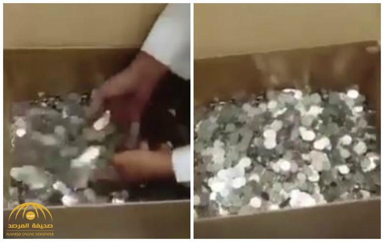 """بالفيديو : مواطن يدفع 500 ريال من فئة """"هللة"""" لصاحب مكتب عقار .. لهذا السبب!"""