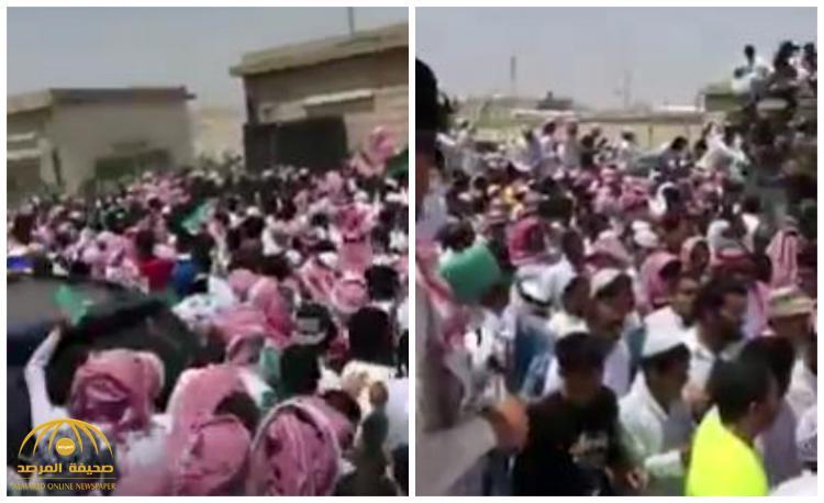 """بالفيديو: لحظة تدافع مواطنين أثناء تقديم على وظيفة """"جندي بأمن الطرق"""" بمكة"""
