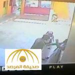 """بالفيديو: ولي أمر بزي عسكري يعتدي على طالب """"ويضربه على وجهه"""" داخل مدرسة بحي الزهراء في جدة"""