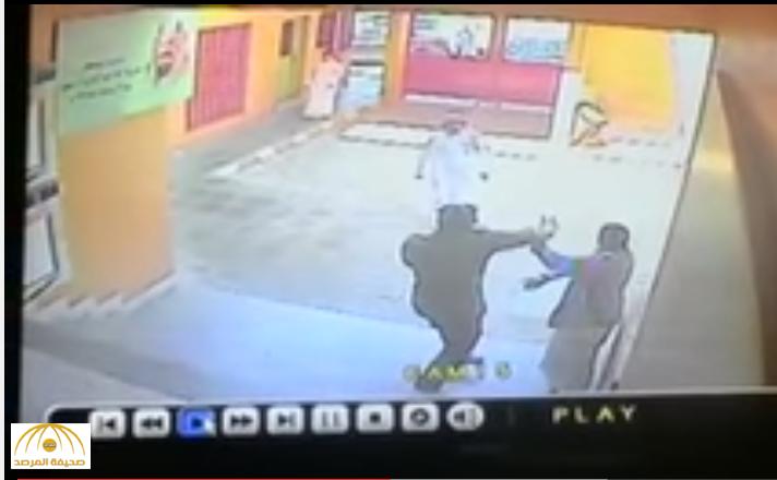 رافضًا الصلح لعدة أسباب.. تفاصيل جديدة يكشفها والد الطفل المعنف من رجل أمن داخل مدرسة بجدة -فيديو