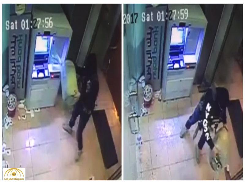 شاهد..فيديو يوثق لحظة قيام  شخص ملثم بسكب البنزين وإشعال النيران داخل كبينة صراف بنك بالقطيف