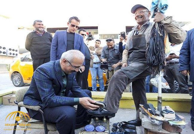 وزير التنمية التركي يلمع حذاء مواطن يعمل ماسحاً للأحذية-صورة