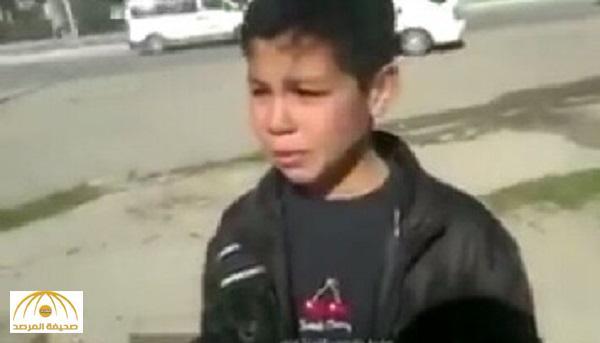 """ضابط عراقي يطلب من طفل أن يقسم بـ """"علي"""" .. شاهد ردة فعل الأخير ! – فيديو"""