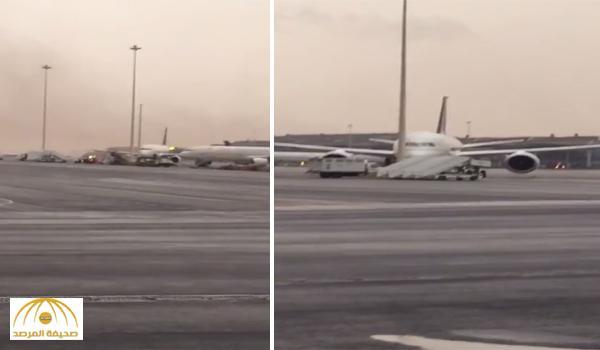 """بالفيديو: عاصفة ترابية بـ """"الرياض"""" تغير اتجاه """"طائرة"""" وتصدمها بعمود!"""