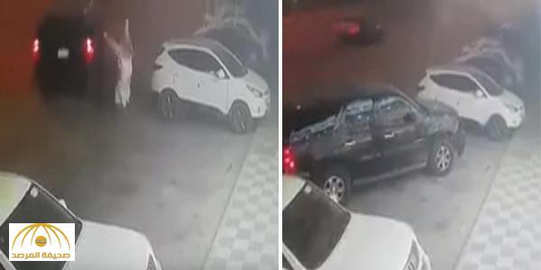 تركها في وضع التشغيل .. بالفيديو : لص يسرق سيارة أمام أعين صاحبها بالرياض