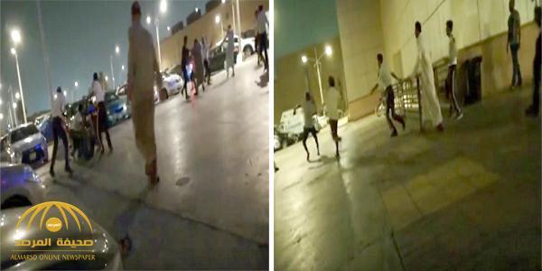 """بالفيديو: خلاف حول """"الكاشير"""" يتحول إلى مضاربة جماعية بالعصي أمام متجر بجدة"""