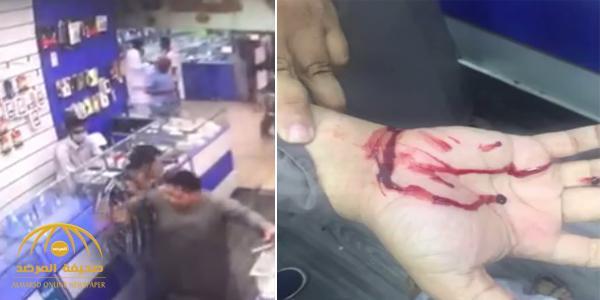 بالفيديو : مقيم عربي يعتدي على مفتش بمحل جوالات ويلوذ بالفرار