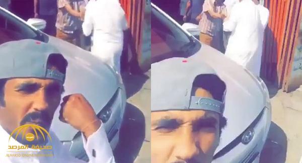 """بالفيديو : مواطن يلتقط """"سيلفي"""" وخلفه مشاجرة عنيفة !"""