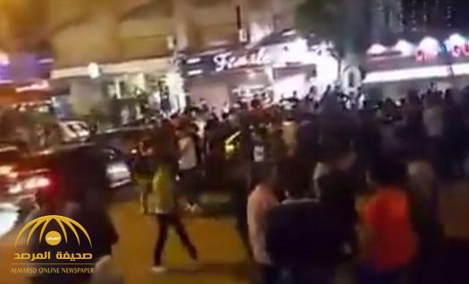 بالفيديو : المئات يتحرشون بفتاة في مصر ترتدي فستاناً قصيراً .. والشرطة تتدخل !