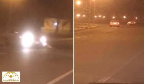 لا تجيد القيادة .. مواطن يوثق فيديو لفتاة تقود سيارة بكورنيش القنفذة وفجأة تصدم سيارة أخرى