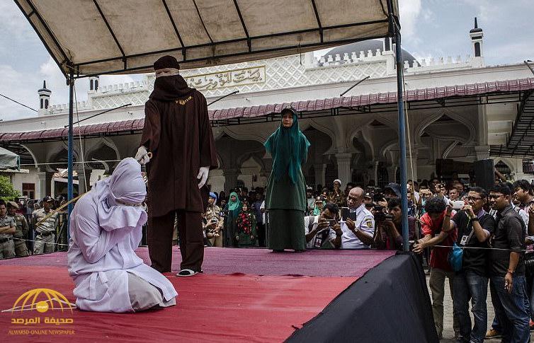 """بالصور: هكذا يتم تطبيق عقوبة """"الجلد"""" على مرتكبي الشذوذ والزنا بولاية إندونيسية"""