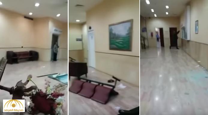 لم يبق مكانًا سليما.. شاهد: ردة فعل لبناني عندما تفاجأ بوفاة شقيقه داخل مستشفى في بيروت!