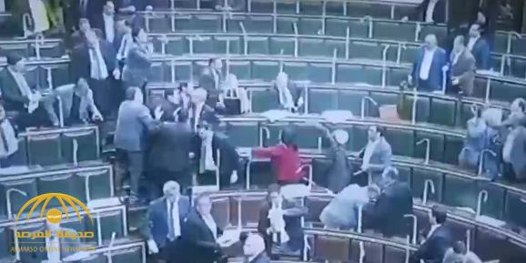 بالفيديو: مضاربة بالأيدي داخل البرلمان المصري.. تجبر رئيس المجلس على رفع الجلسة!