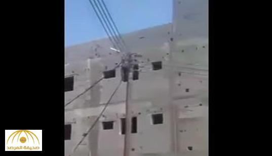"""""""الكهرباء"""" تكشف تفاصيل جديدة حول مرور أسلاك الضغط العالي من نافذة مبنى بمحايل عسير!"""