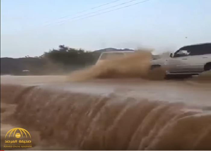 """الحادثة التي أدهشت """"التواصل"""".. فيديو يوثق اصطدام سيارتين في مجرى سيول أحد الأودية بالمملكة"""