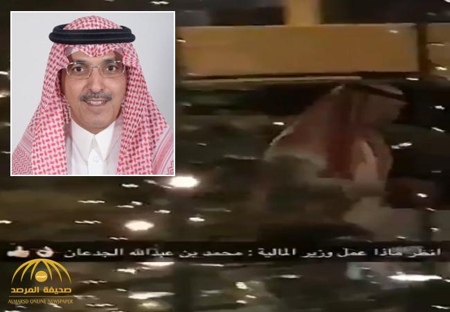 """بالفيديو:ضجة حول تصرّف وزير المالية """"الجدعان"""" بعد عشائه بمطعم!"""