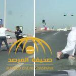 """بالفيديو : مشاجرة عنيفة وتبادل لـ """"اللكمات"""" بين كويتي و رجل أمن  على طريق سريع"""