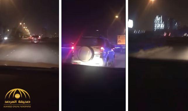 بالفيديو.. قائد مركبة يسير بحالة غير طبيعية ويتسبب في حادث بشارع العليا العام