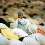 """""""يزرعون فيهم الرياء"""".. كاتب أردني ينتقد طرق تربية المتدينين لأبنائهم بدايتها """"المساجد"""" !"""