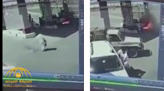 هربوا خوفًا على حياتهم.. شاهد: اصطدام سيارة بماكينة تزويد وقود واشتعال المحطة