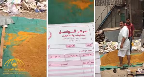 مواطن يوثق فيديو للعمالة في جدة وهم يخلطون بهارات الطعام بأقدامهم وسط النفايات والحمامات!