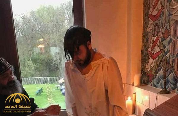 """بالفيديو .. قاضي شرعي بـ""""النصرة"""" يعتنق المسيحية ويتبرأ من الإسلام!"""