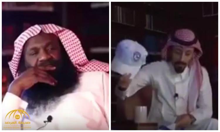 """أعطاه طاقية نادي الهلال .. شاهد ردة فعل الشيخ """"الكلباني"""" وماذا قال عن أبنائه الهلاليين !"""