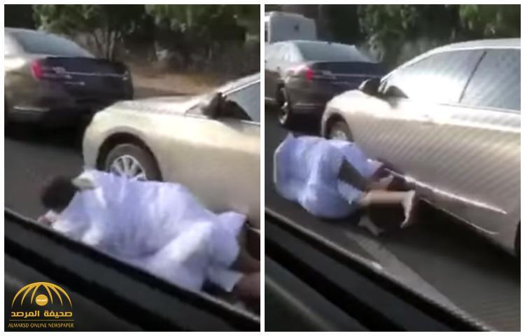 أسقطه على الأرض .. بالفيديو : مضاربة حامية بين شابين وسط السيارات