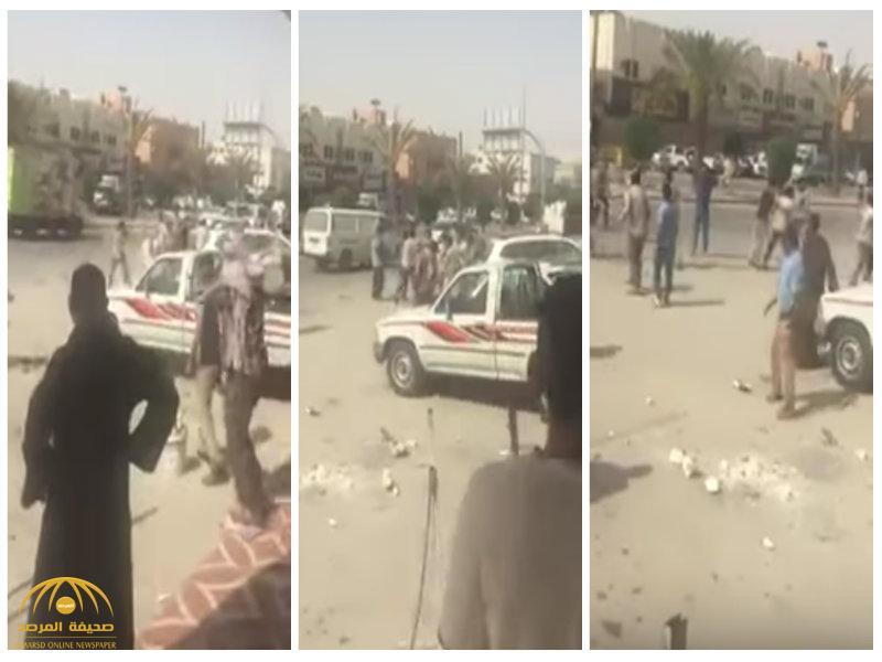 بالفيديو: مضاربة عنيفة بين عمال يمنيين في الرياض ..وأنباء عن إصابات
