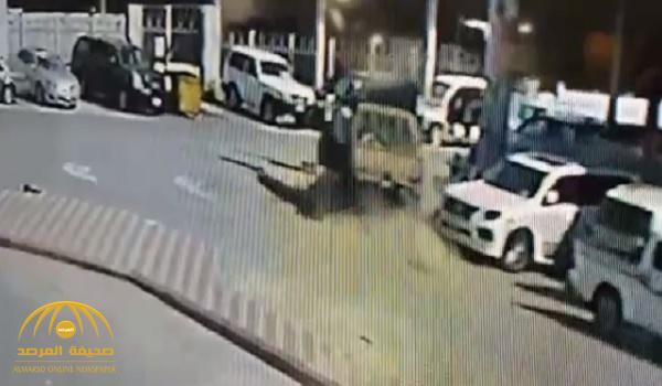 """""""فيديو جديد"""" لمحاولة سرقة سيارة """"شاص"""" بالرياض يكشف استماتة العامل السوداني لمنع اللص من الفرار !"""