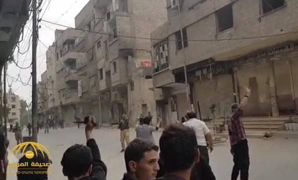 """بالفيديو : لا يختلفون عن بشار … عناصر من """"جيش الإسلام"""" في الغوطة يطلقون النار على المتظاهرين"""