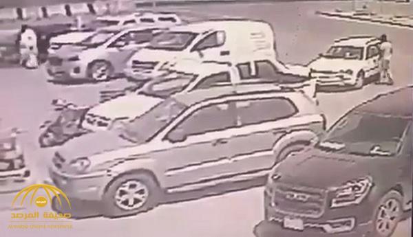 بالفيديو: عصابة أثيوبية تسرق 50 ألف ريال من سيارة مسن في وضح النهار بالرياض