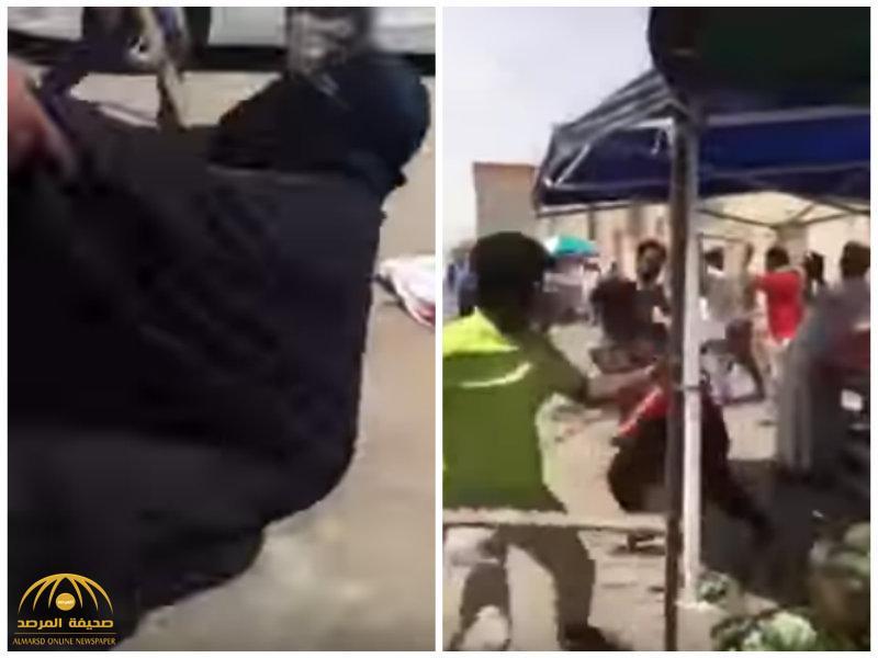 بالفيديو..سيدة تدخل في حالة إغماء أثناء مضاربة عنيفة بين مجموعة من العمال في الرياض