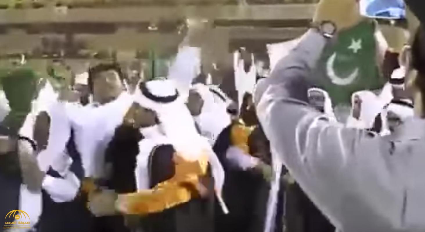بالفيديو: شاهد لحظة احتفال طلاب باكستانيون أثناء تخرجهم من جامعة سعودية!
