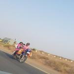 """صورة : سعودي  ينقل  ابنتيه  على ظهر """"دباب"""" لتوصيلهما إلى المدرسة!"""