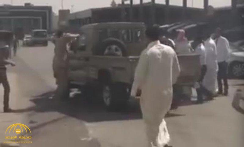 """""""خدع الموظف وطعن أحد معترضيه أثناء الفرار"""".. شرطة الرياض تكشف تفاصيل سرقة سيارة """"شاص"""" من أحد المعارض !"""