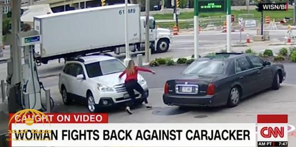 شاهد .. كيف تمكنت فتاة أمريكية شجاعة من استعادة سيارتها التي حاول لص سرقتها من محطة الوقود