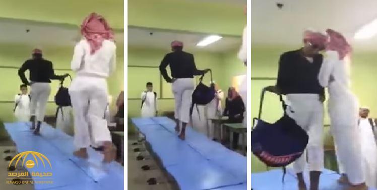 شاهد: طلاب يسيرون على الطاولات في استعراض أزياء داخل مدرسة- فيديو