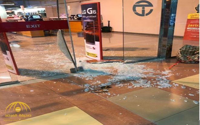بالفيديو: لحظة اقتحام شاب مجمعًا تجاريًا بالجبيل وكسر أبوابه بهدف السرقة