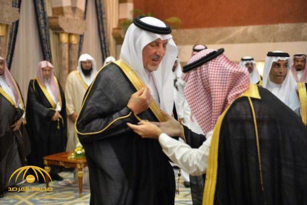 """""""الفيصل"""" يثير إعجاب رواد """"التواصل"""" بعدما رفض تقبيل نائبه ليده- صورة"""