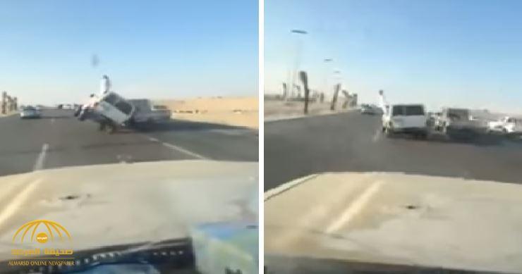 شاب يستعرض السير بسيارته على عجلتين فقط.. شاهد ما حدث لمرافقه- فيديو
