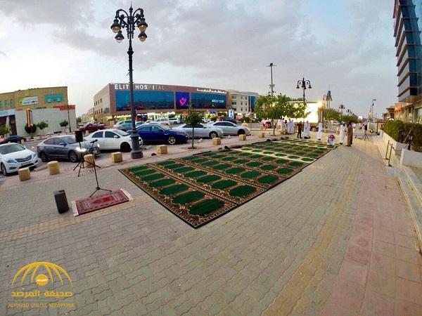 """بالصور: الهيئة تفرش رصيف المشاة بتحلية الرياض بـ""""سجاد الصلاة"""" .. وتفاعل بين النشطاء !"""