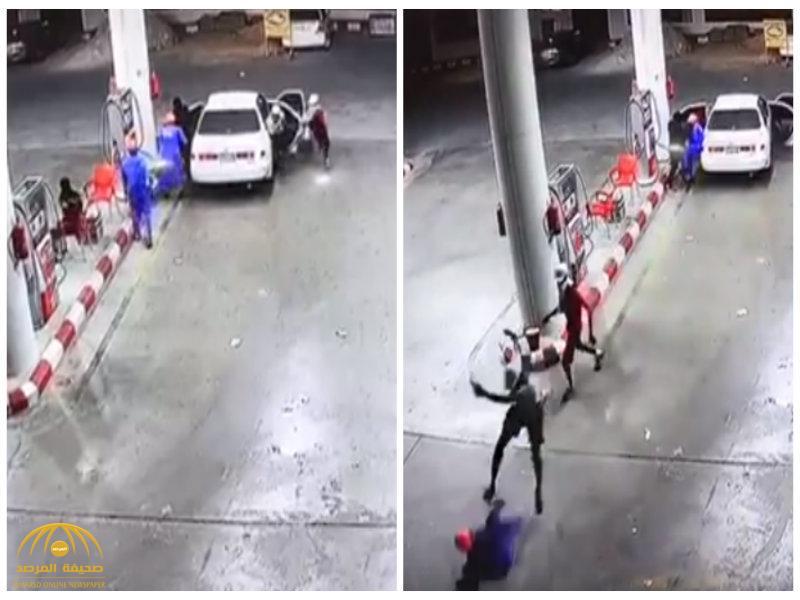 فيديو:سطو مسلح على محطة بنزين ..شاهد..أحد العمال حاول الهرب فلحقوا به واعتدو عليه بالضرب