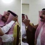 """""""البلوي"""" يعفو عن قاتل ابنه في مشهد """"مهيب"""".. شاهد فرحة عارمة تعم المكان ! – فيديو"""