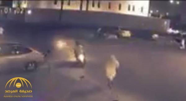 بالفيديو : لصوص على دراجة نارية يسرقون جوال مواطن و يلوذون بالفرار