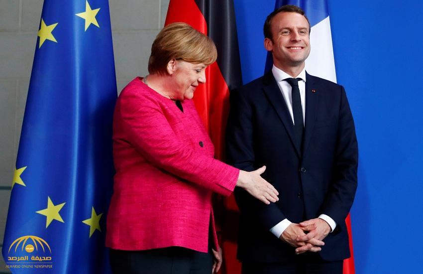 """بالفيديو: الرئيس الفرنسي الجديد يضع """"أنغيلا ميركل"""" في موقف محرج أثناء مد يدها لمصافحته"""